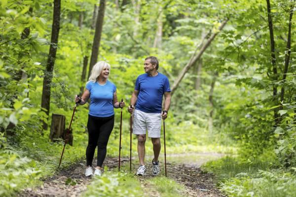Senioren op een wandeling